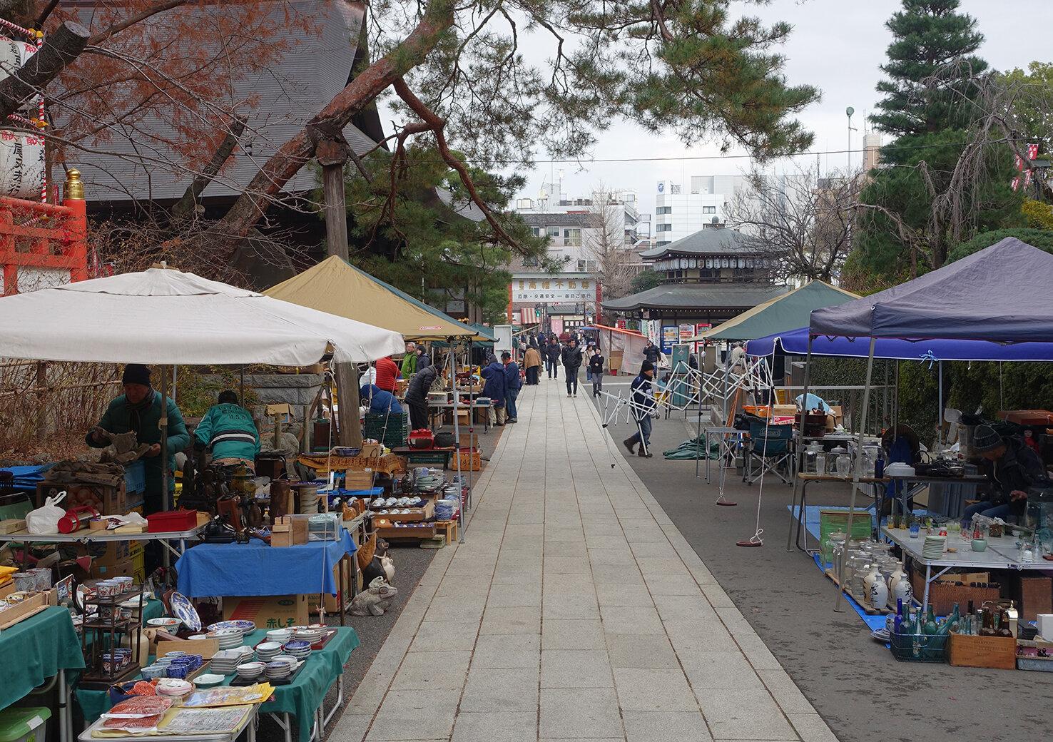 東京の郊外で開催される骨董市でお宝を探そう!