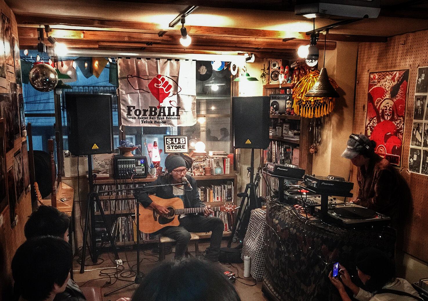 高円寺の裏通りに佇む多国籍なカフェバー「SUB Store」